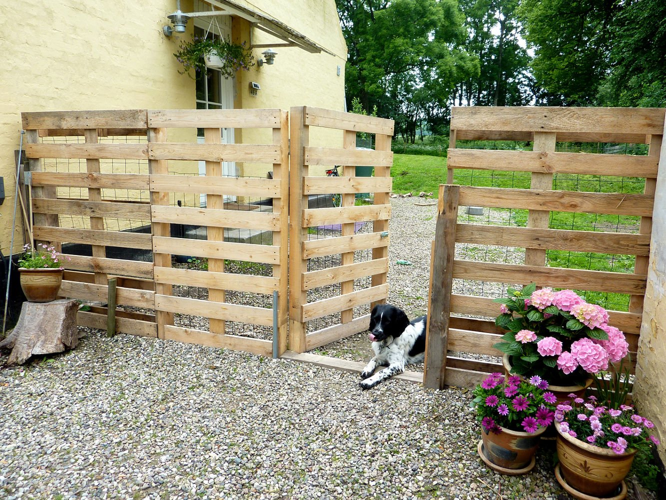 An example of stacked pallet fence for your garden_Homedit