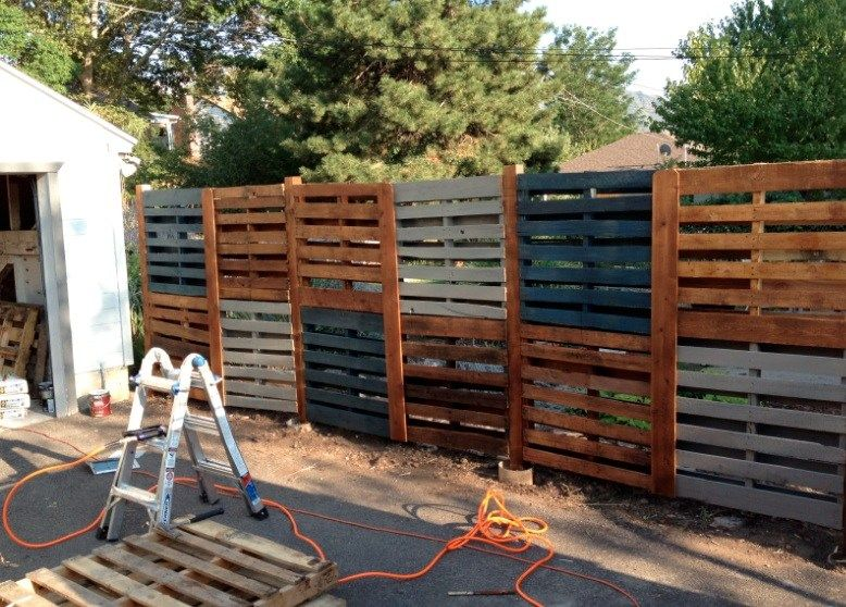 Stacking a pallet fence in customized horizontal dimensions_Pinterest
