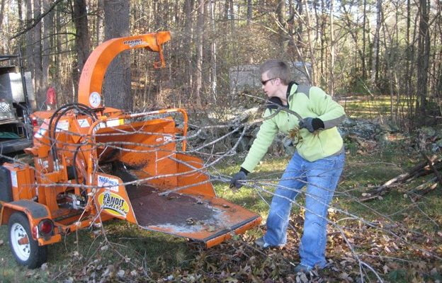 Learn How to Use a Woodchipper in 7 Easy Steps