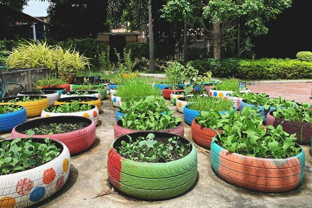 Patterned tire planters